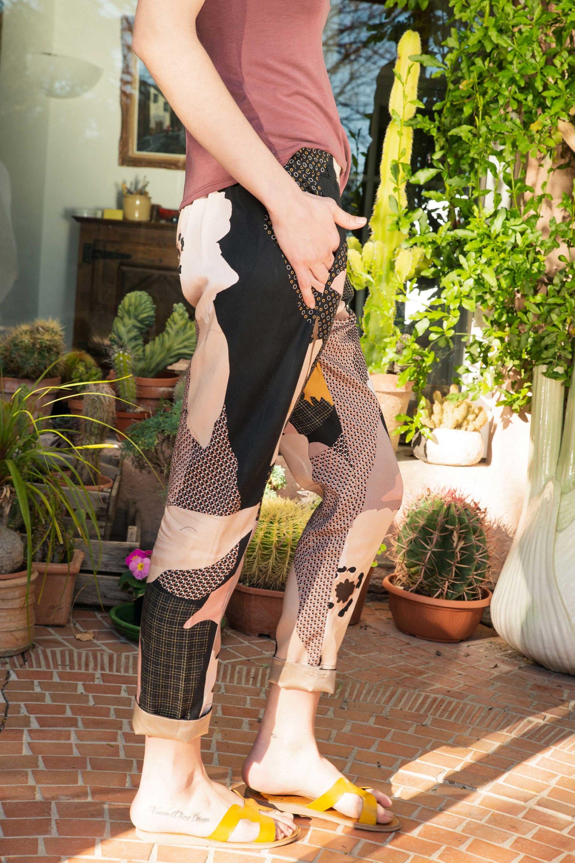 Pantalon élastique en coton noir motifs fleur