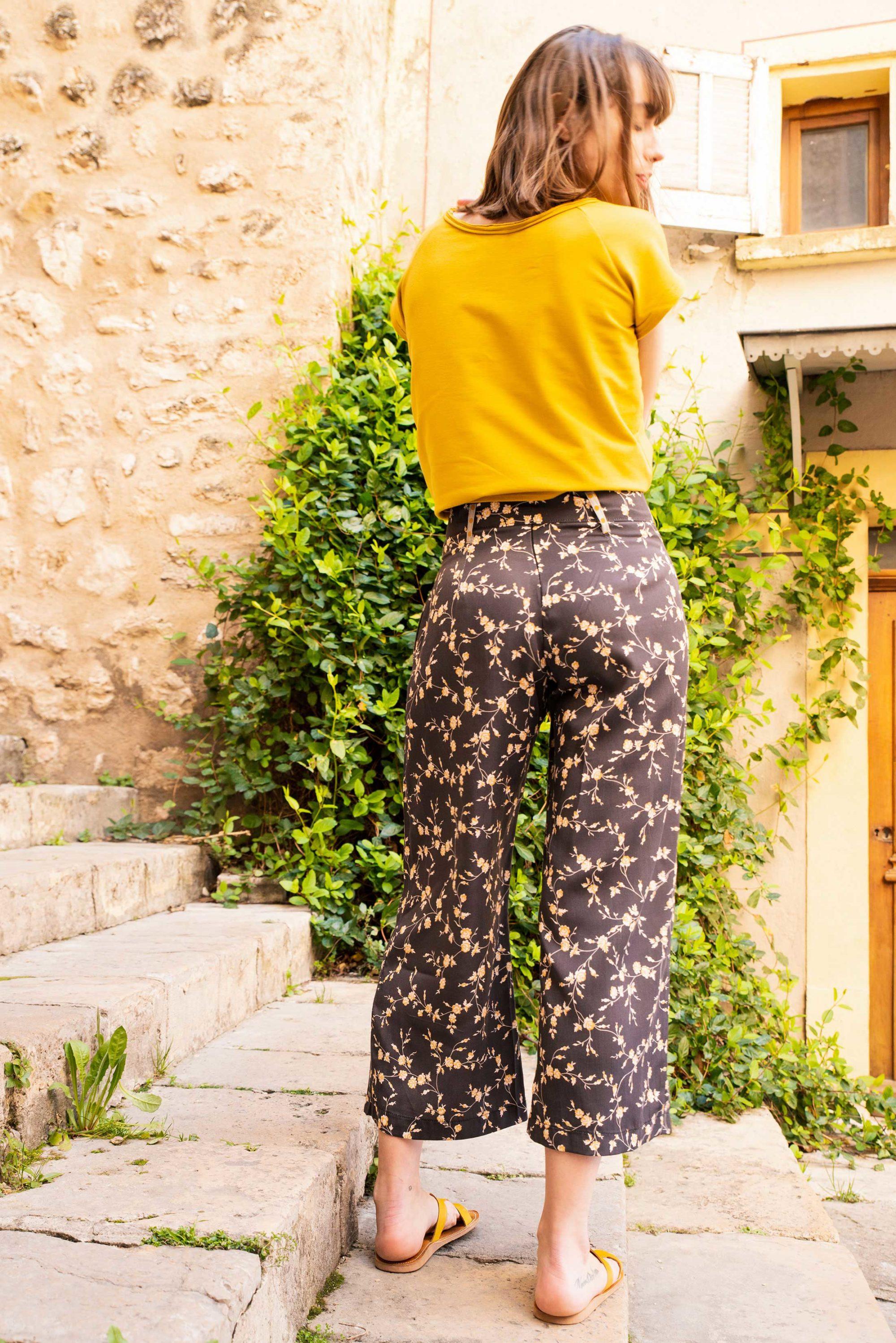 Pantalon eva ceinturé noir motifs fleurs jaune